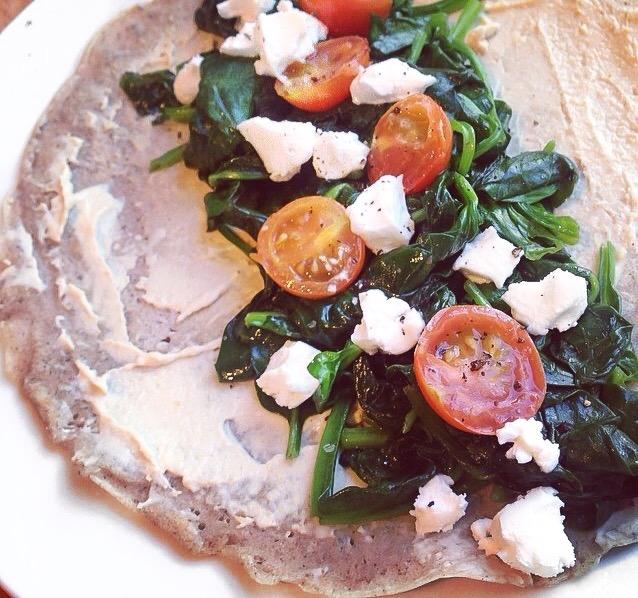 Foodie Friday: Boekweit pannenkoeken met hummus, spinazie en geitenkaas