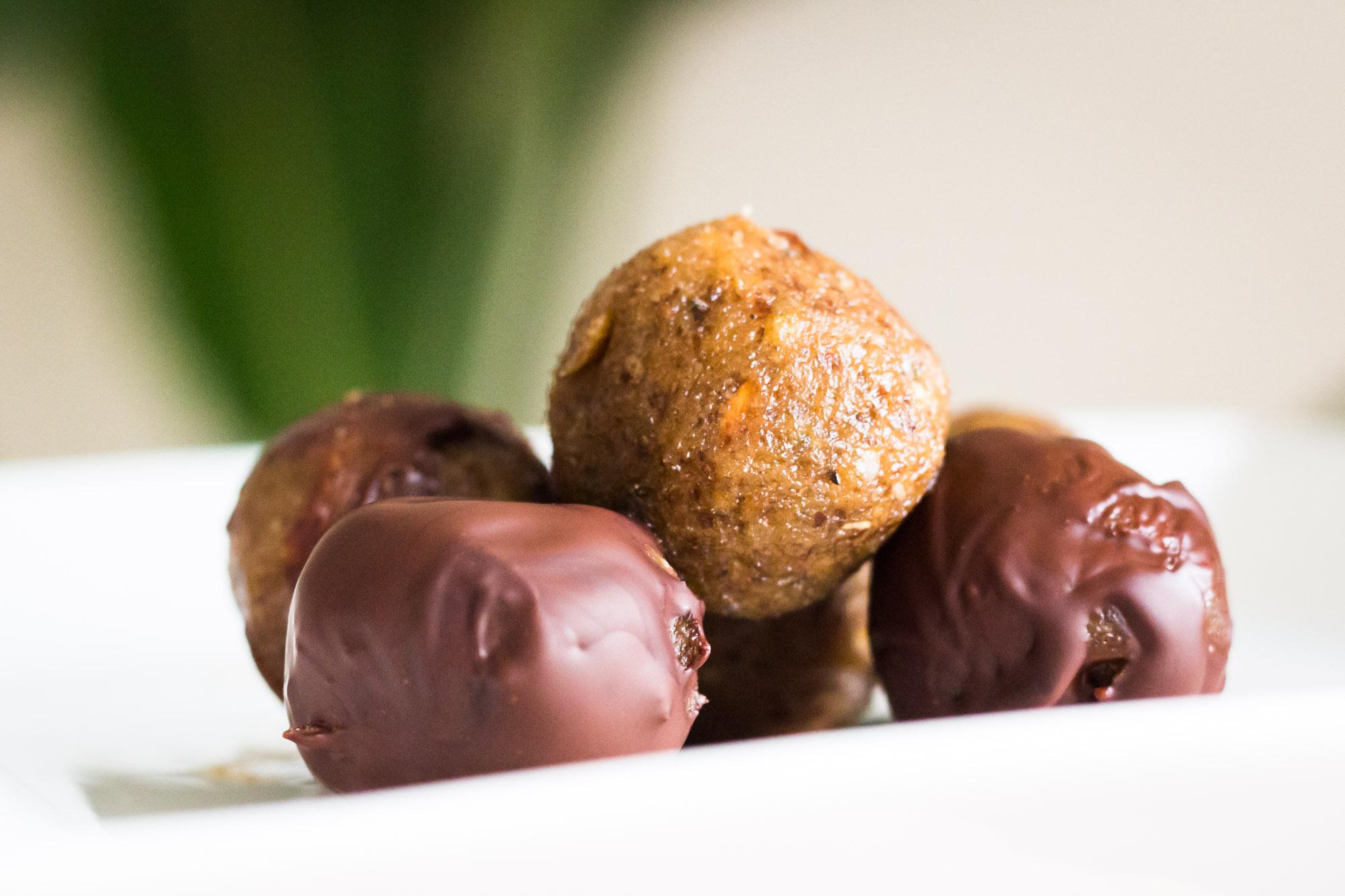 Foodie Friday: marsepein balletjes met pure chocolade (gezoet met dadels)